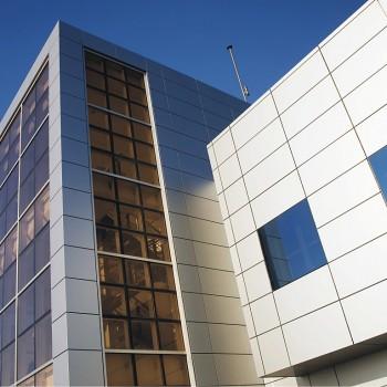 Centro Meteorológico Territorial   Emplacement: Santander, Cantabria   Architecte: Agustín Cámara Tercero   Installateur: Aluminios San Martín   Livre: 2010